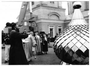 2002г. -Освящение купола на центральную (перед установкой)часть храма.